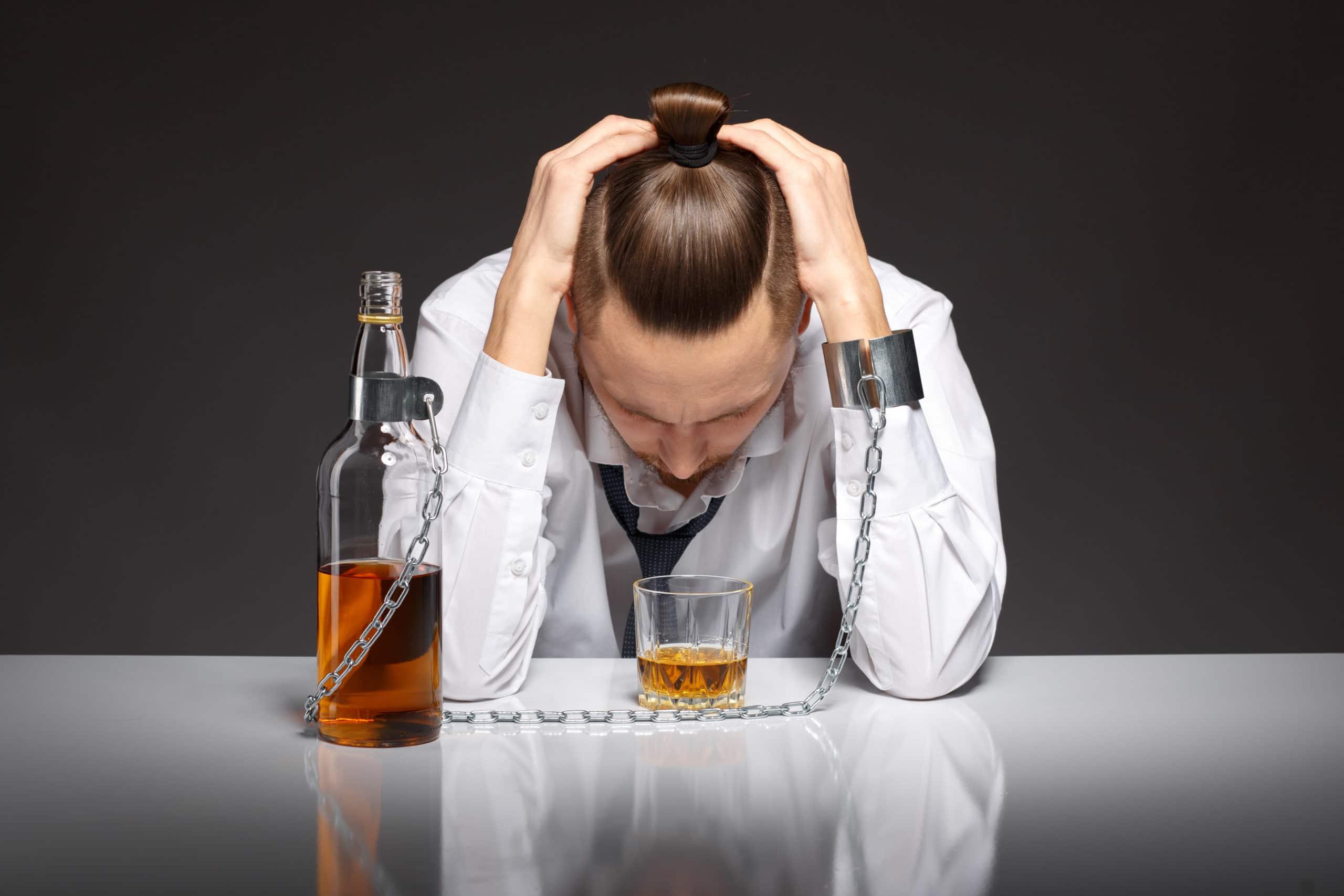 hombre adicto mirando una copa